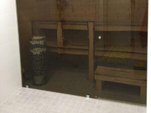 musta sauna lasiseinä